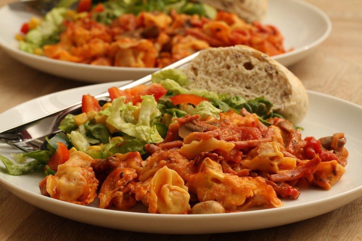 tortellini pfanne mit salat. Black Bedroom Furniture Sets. Home Design Ideas