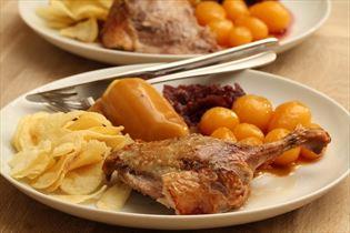 Entenbraten mit Kartoffeln und Rotkohl
