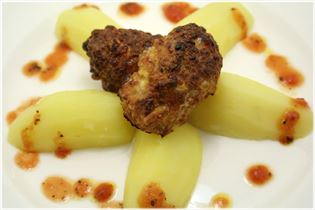 Frikadellen mit Kartoffeln und Tomatensauce