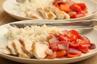 Hähnchen mit Paprikasauté und Reis