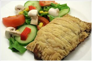 Rinderhack im Blätterteigmantel mit Salat