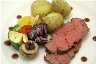 Rinderfilet mit Gemüsespieß und Rotweinsauce