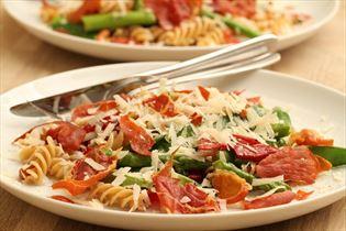 Pastasalat mit Spargel und Parmaschinken