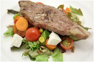 Lammkoteletts mit Salat