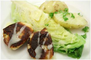 Fischfrikadellen mit Spitzkohl und Kartoffeln