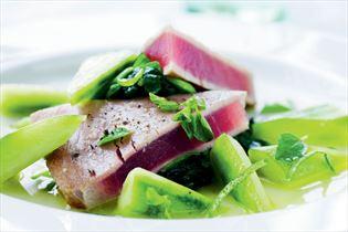 Thunfisch mariniert mit Gurke und frischem Oregano