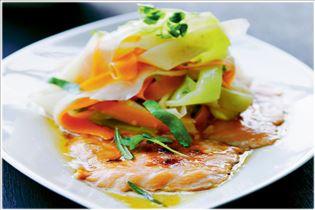 Mit Farin glasierter Lachs mit warmem Wurzelgemüse-Salat