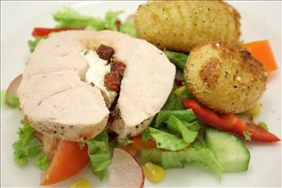 Ofen-Pute mit Fächerkartoffeln und Salat