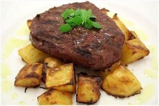 Rindersteak mit Barbecue-Kartoffeln und Sauce Bearnaise