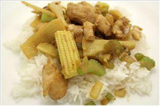 Chop Suey mit Hähnchen und Reis