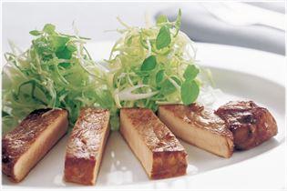 Teriyakimarinierte Koteletts mit Pasta und Salat