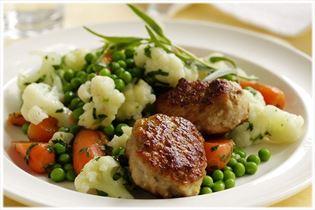 Frikadellen mit Gemüse in weißer Petersiliensauce
