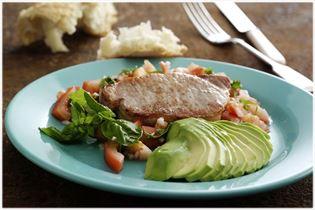 Schweinekoteletts mit Avocado und Tomate
