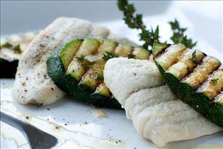Gedünstete Schollenfilets mit Grill-Zucchini
