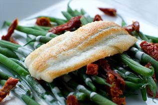 Gebratene Schollenfilets mit Bohnensalat