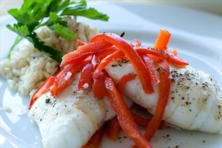 Gedünstete Fischroulade mit Knoblauchfrischkäse und roter Paprika