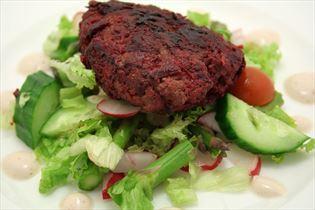 Rote-Bete-Frikadellen mit Sommersalat