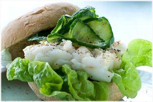Dorsch-Burger mit Gurkensalat