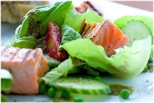 Knackiger Salat mit gegrilltem Lachs und Erbsen