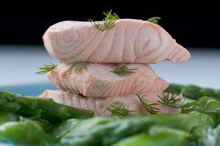 Lachs mit Sauce aus frischem grünem Spargel