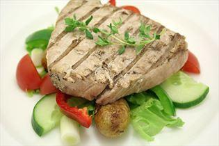 Gegrilltes Thunfischsteak mit in Butter gebratenen Kartoffeln