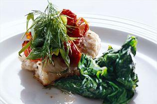 Kliesche mit getrockneten Tomaten und Spinat