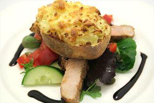 Backkartoffeln mit Käse-Schinkenschnitzeln und Salat
