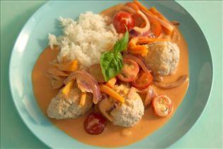 Fleischklößchen in rotem Curry mit Möhren und Tomate