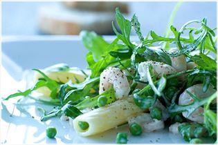 Pastasalat mit Garnelen und Erbsen