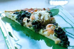 Pizza mit Spinat, Garnelen und Artischocke