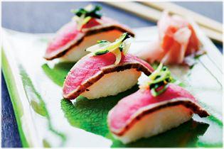 Sushi mit kurzgebratenem Thunfisch