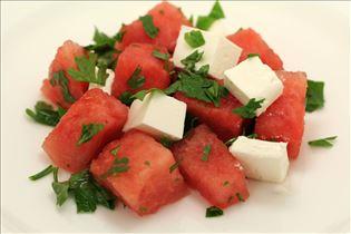 Wassermelonensalat mit Fetakäse und Petersilie