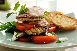 Gegrillte Minutensteaks mit Tomate und Aubergine