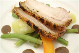 Dänischer Schweinebraten mit Gemüse und Rosmarinsauce
