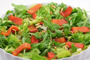 Paprika-Salat mit Pinienkernen