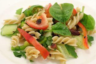 Pastasalat mit Spinat und gerösteten Mandeln