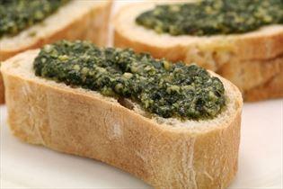 Basilikumpesto auf Brot