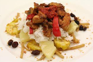 Indonesische Reistafel mit Schweinefleisch