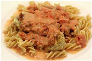 Pasta mit Tomaten-Sahne-Sauce und italienischen Fleischbällchen