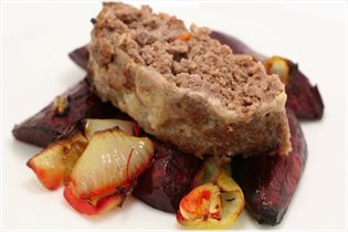 Chili-Hackbraten mit Ofen-Rote-Bete und Zwiebel