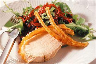 Schweinekamm mit Salat aus Rotkohl und Rucola