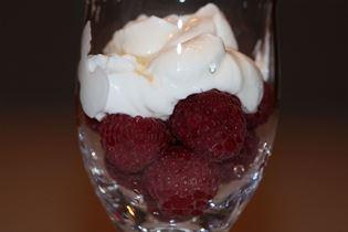 Griechischer Joghurt mit Himbeeren