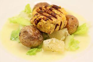 Fischfrikadellen und Salat mit Pomelo