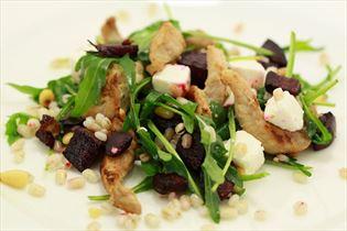 Rote-Bete-Salat mit Perlgerste und Hähnchen