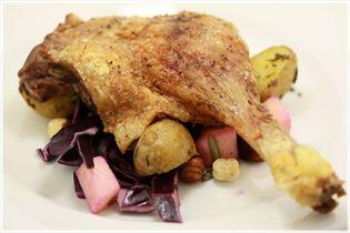 Entenkeule mit Rotkrautsalat und Rosmarin-Kartoffeln