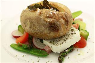 Backkartoffel mit Salbeibutter und Schinkensalat