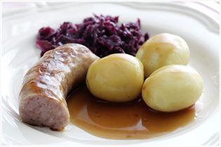 Bratwurst mit Rotkohl und Kartoffeln