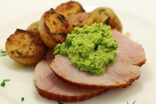 Schinken mit glasierten Kartoffeln und Erbspüree
