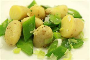 Kartoffelsalat mit Zuckererbsen und Frühlingszwiebeln