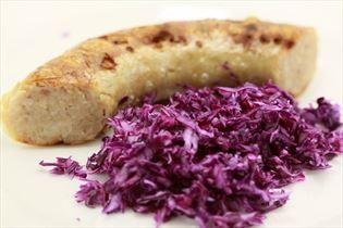 Bratwurst mit Rotkohl